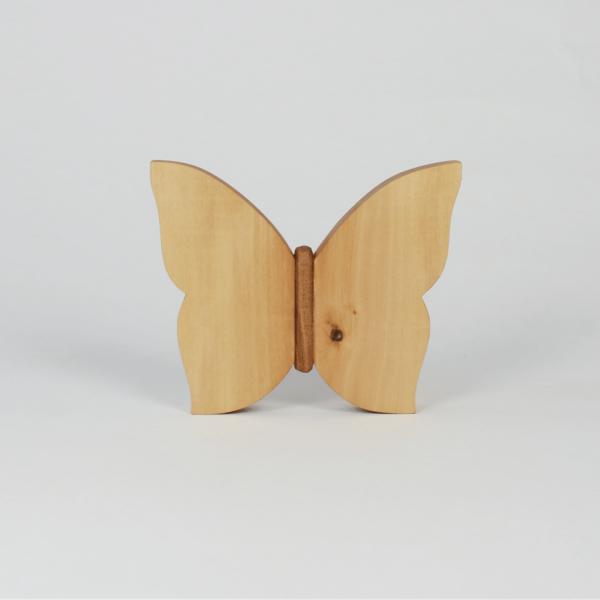 Frühlingshaft dekorieren mit Holzdeko Schmetterling