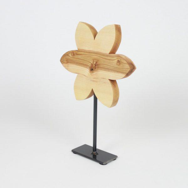 Blume auf Metallfuss