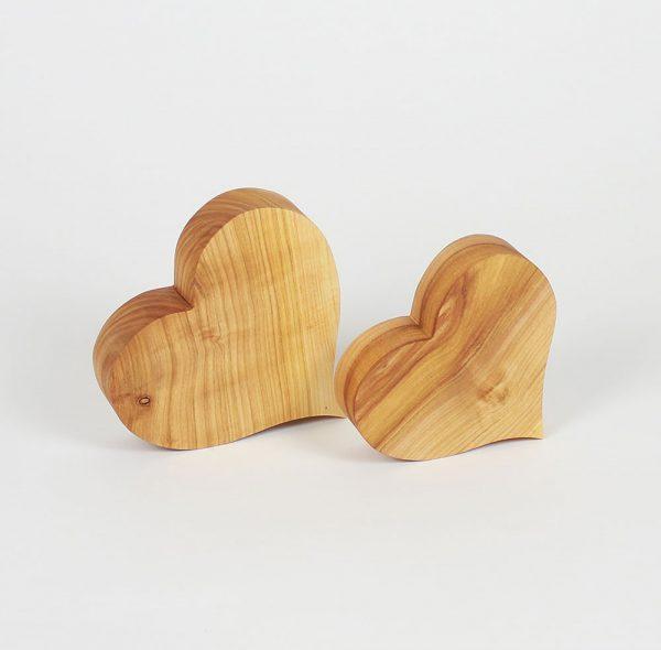 Herzen aus Holz als Frühlingsdeko oder Hochzeitsdeko