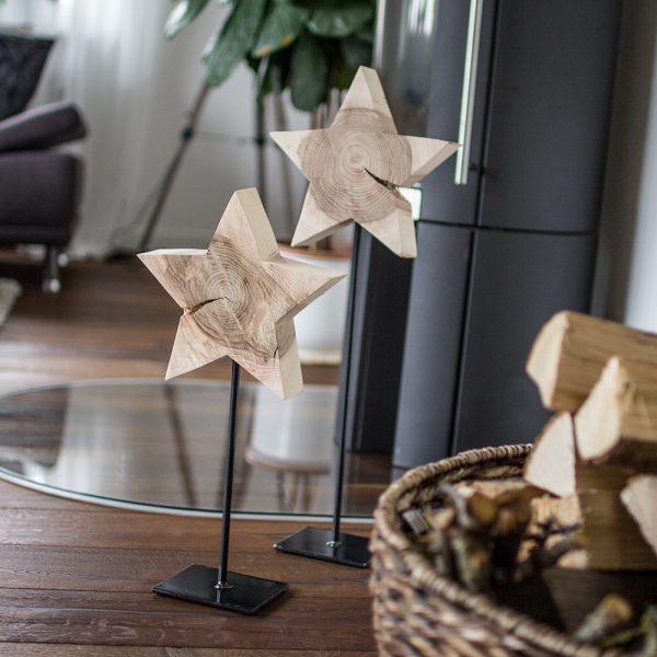 Weihnachtlich dekorieren mit Stern auf Metallfuss