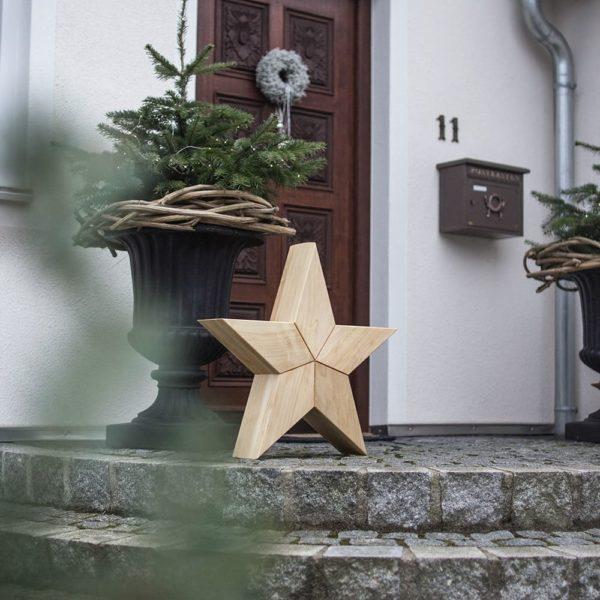 Großer Holzstern vor Haustüre als Weihnachtsdeko