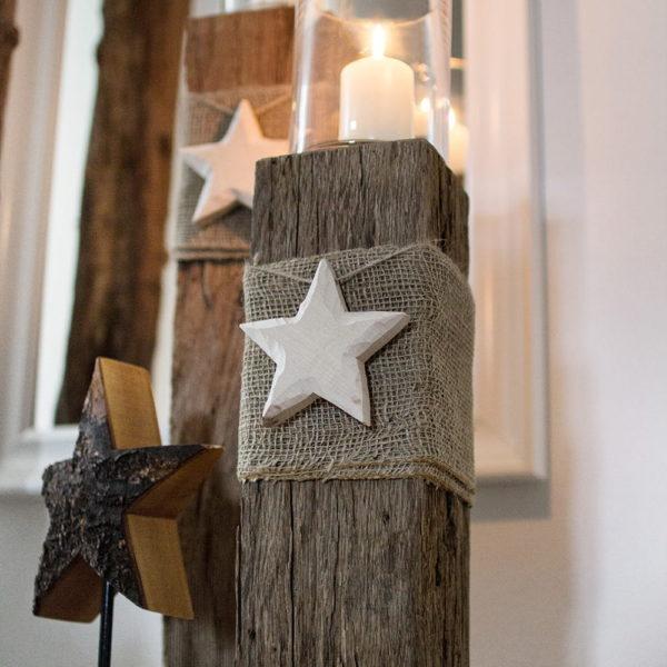 Windlichtsäulen aus Eichenholz weihnachtlich dekoriert
