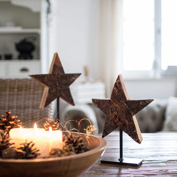 Holzsterne mit Rinde auf Metallfüssen als Adventsdeko