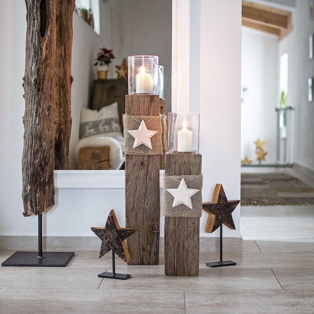 Windlichtsäulen als Weihnachtsdeko im Flur mit Holzsternen