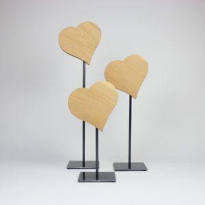 schräge Herzen auf Metallfuss gefertigt aus Eichenholz